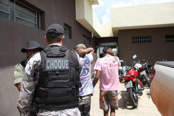 Se deram mau:  Adolescentes vão assaltar policial e são presos