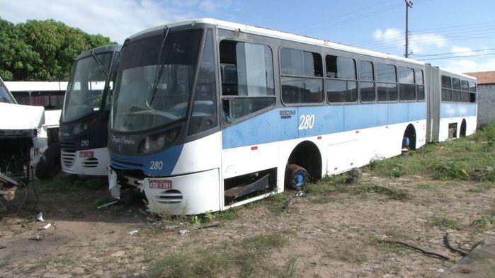 Ônibus onde o homem ficou preso. (Foto: João Júnior)