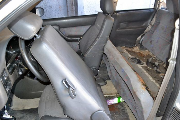 Droga estava sendo escondida dentro do banco do traseiro. (Foto: Kairo Amaral)