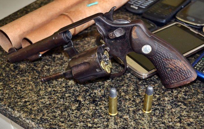 Revólver calibre 38 com seis munições intactas. (Foto: Kairo Amaral)