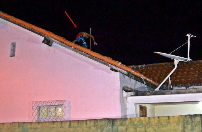 Momento em que o acusado foge por telhados. (Foto: Kairo Amaral)