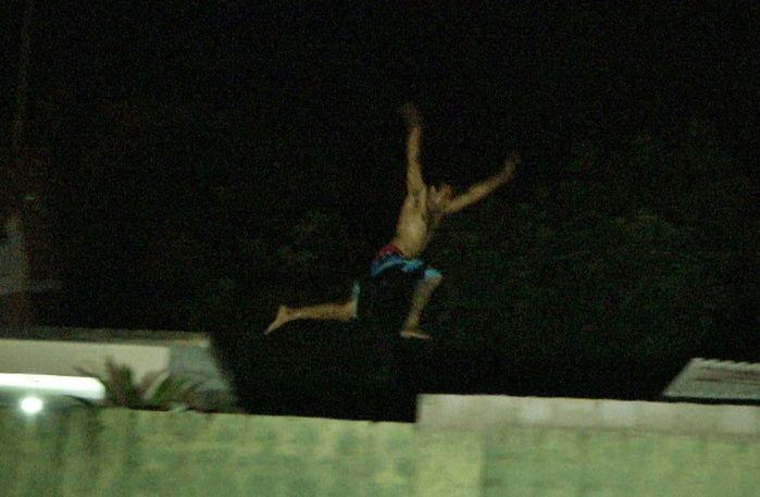 Acusado chegou a pular três telhados diferentes. (Foto: João Júnior)