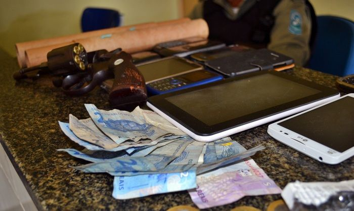 Dinheiro e celulares encontrados na casa dos irmãos. (Foto: Kairo Amaral)