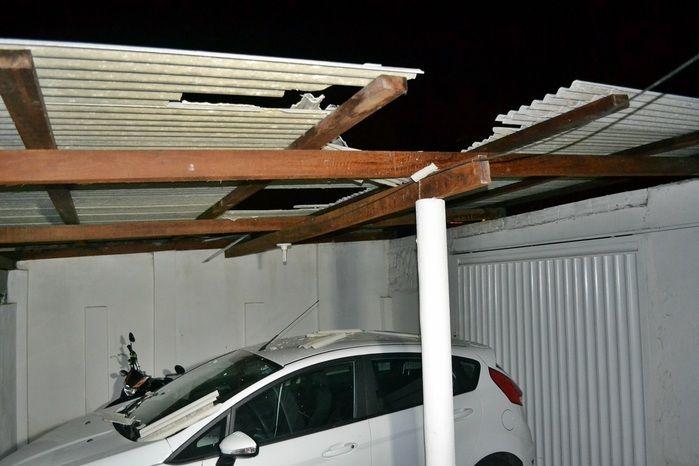 Garagem por onde o jovem andou ficou parcialmente destruída. (Foto: Kairo Amaral)