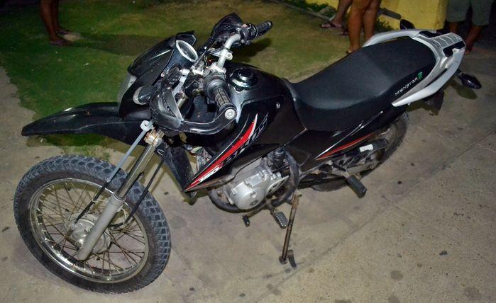 Motocicleta foi tomada de assalto na cidade de Luís Correia. (Foto: Kairo Amaral)