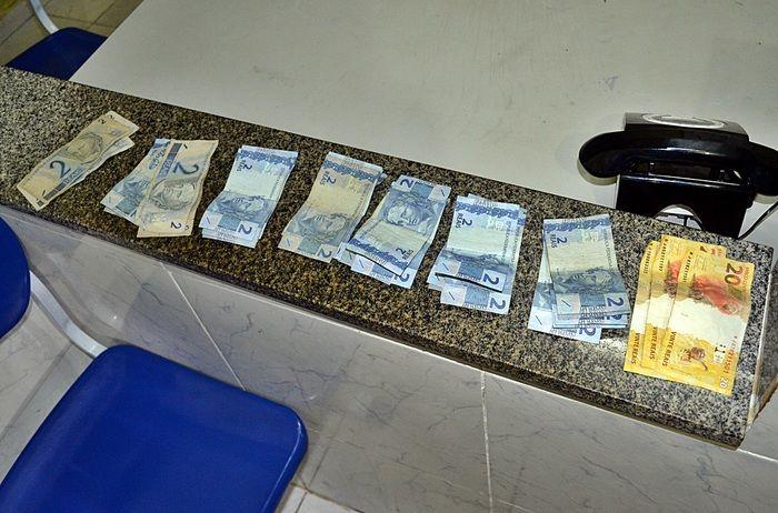 Todo o dinheiro roubado foi recuperado pela polícia. (Foto: Kairo Amaral)