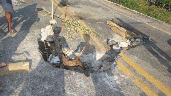 Buraco na ponte está oferecendo riscos aos usuários da rodovia. (Foto: Portal do Catita)