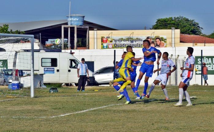 Gilmar Bahia cabeceia a bola para o findo do gol, mas arbitragem marca impedimento. (Foto: Kairo Amaral)