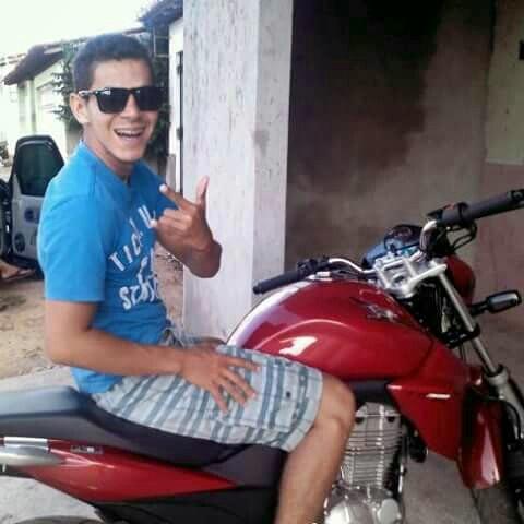 Nas redes sociais, o jovem aparece na moto envolvida no acidente. (Imagem: Reprodução / Facebook)
