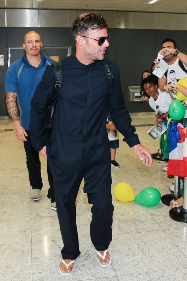 Ricky Martin foi assediado por fãs (Crédito: Ego)
