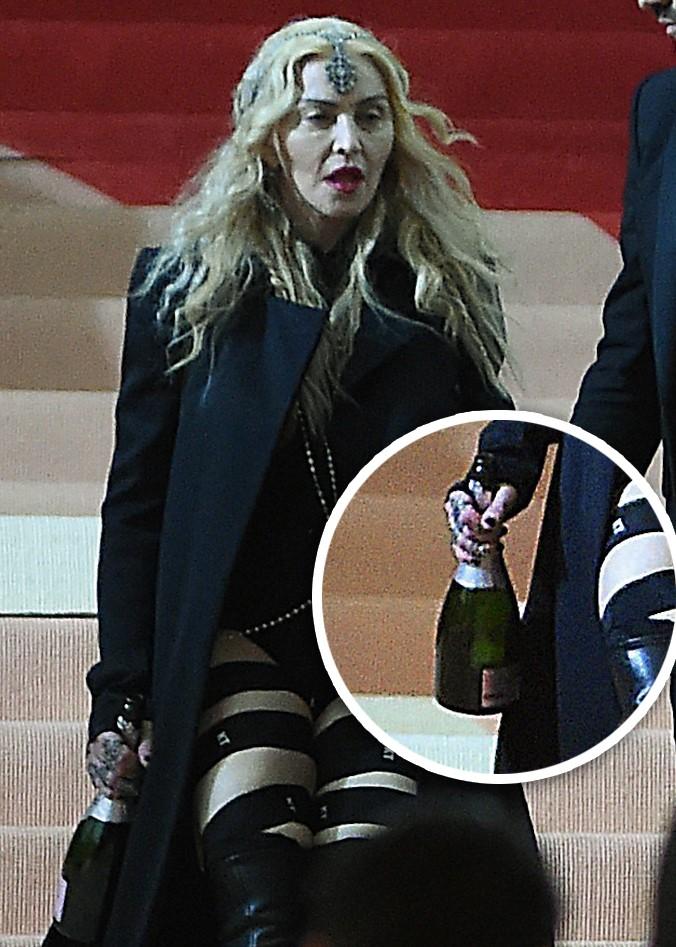 Madonna sai do baile do MET com garrafa de champanhe na mão (Crédito: Divulgação)