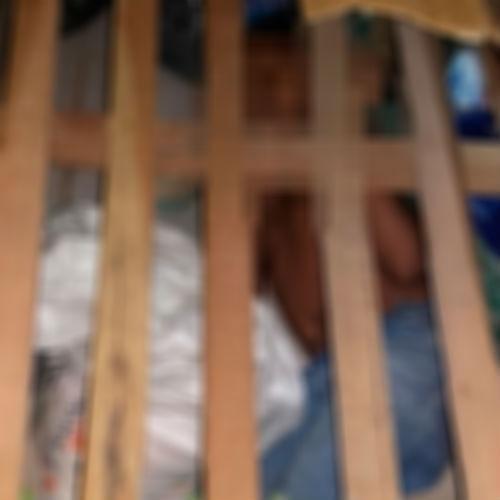 Criança encontrada embaixo da cama em cela da Casa de Custódia (Crédito: Reprodução)