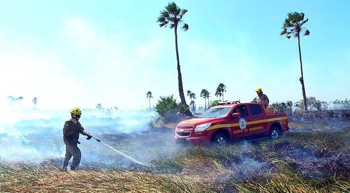 Os focos do incêndio eram de difícil acesso.  (Crédito: Kairo Amaral)