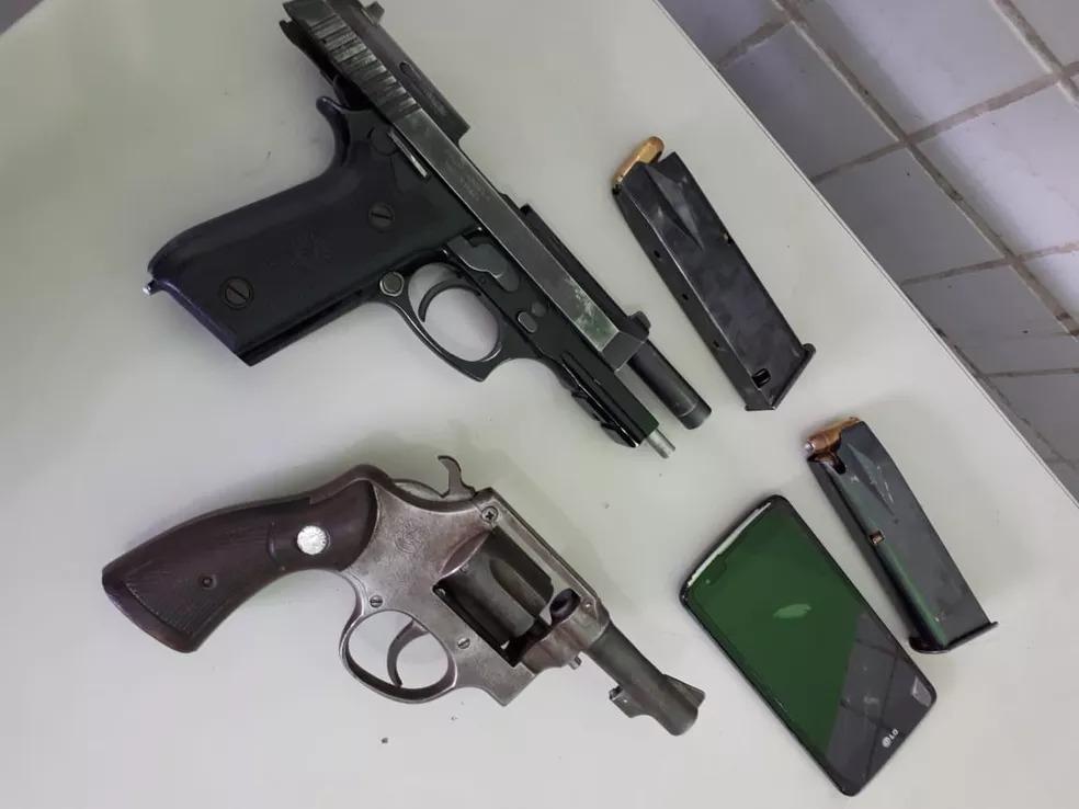 Policial foi preso com uma pistola e um revólver 38 — Foto: Divulgação/PM-PI