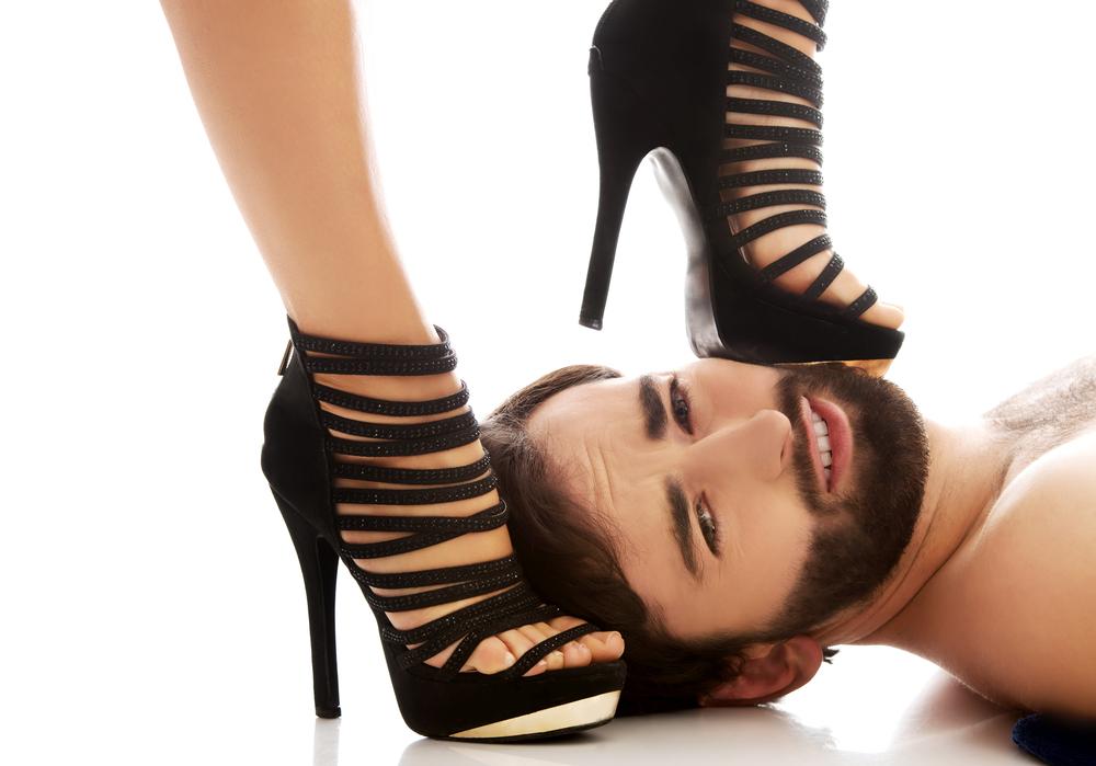 """""""Ele me pediu para ser penetrado com o salto do meu sapato"""""""