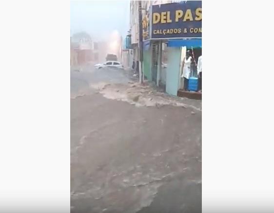 Ruas e hospital ficam alagados durante forte chuva em Floriano 2