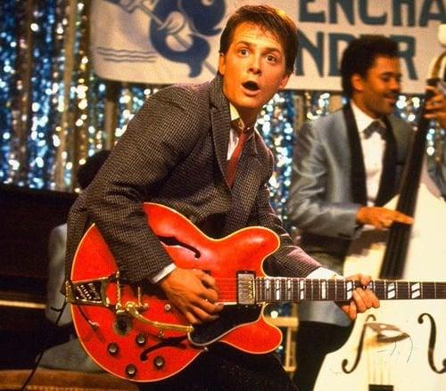 Marty McFly tocando guitarra no baile
