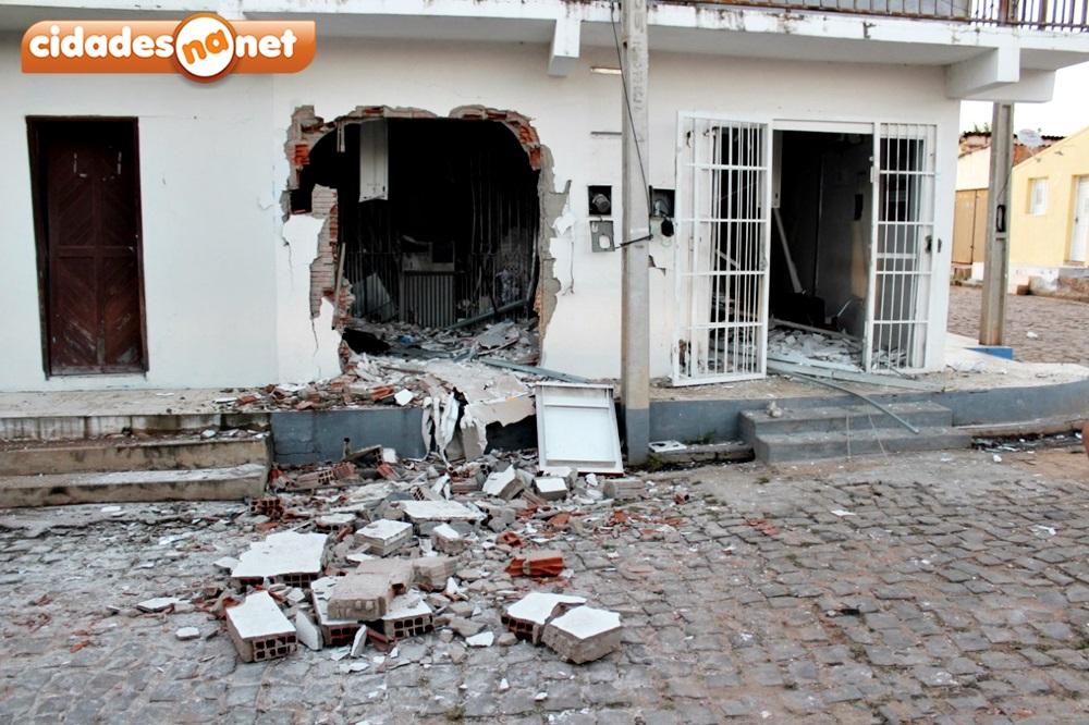 Bandidos armados explodem terminal do Bradesco e queima veículo na PI-455 7