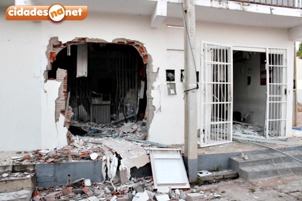 Bandidos armados explodem terminal do Bradesco e queima veículo na PI-455 3