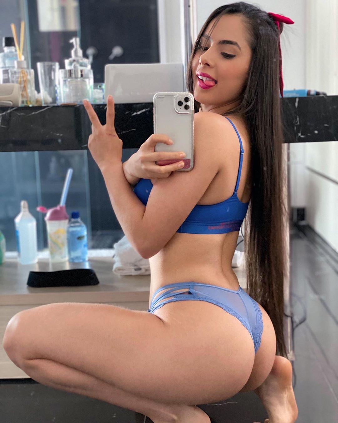 Veja fotos sensuais da cantora de forró que virou sucesso na internet