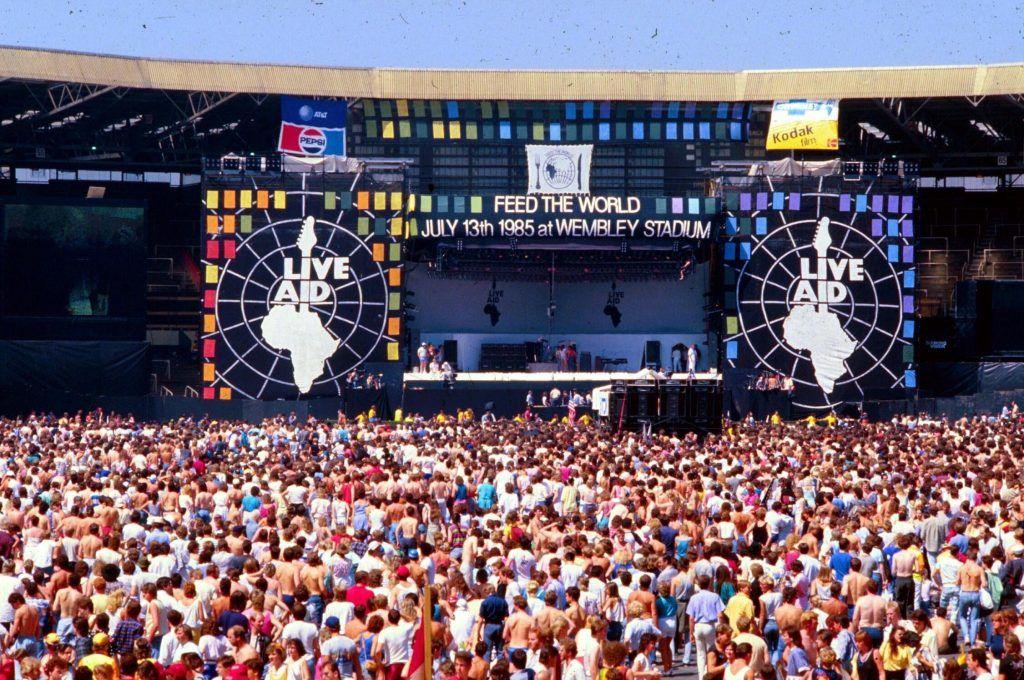 Palco do Live Aid com faixa dizendo Alimente o mundo / Créditos: Divulgação